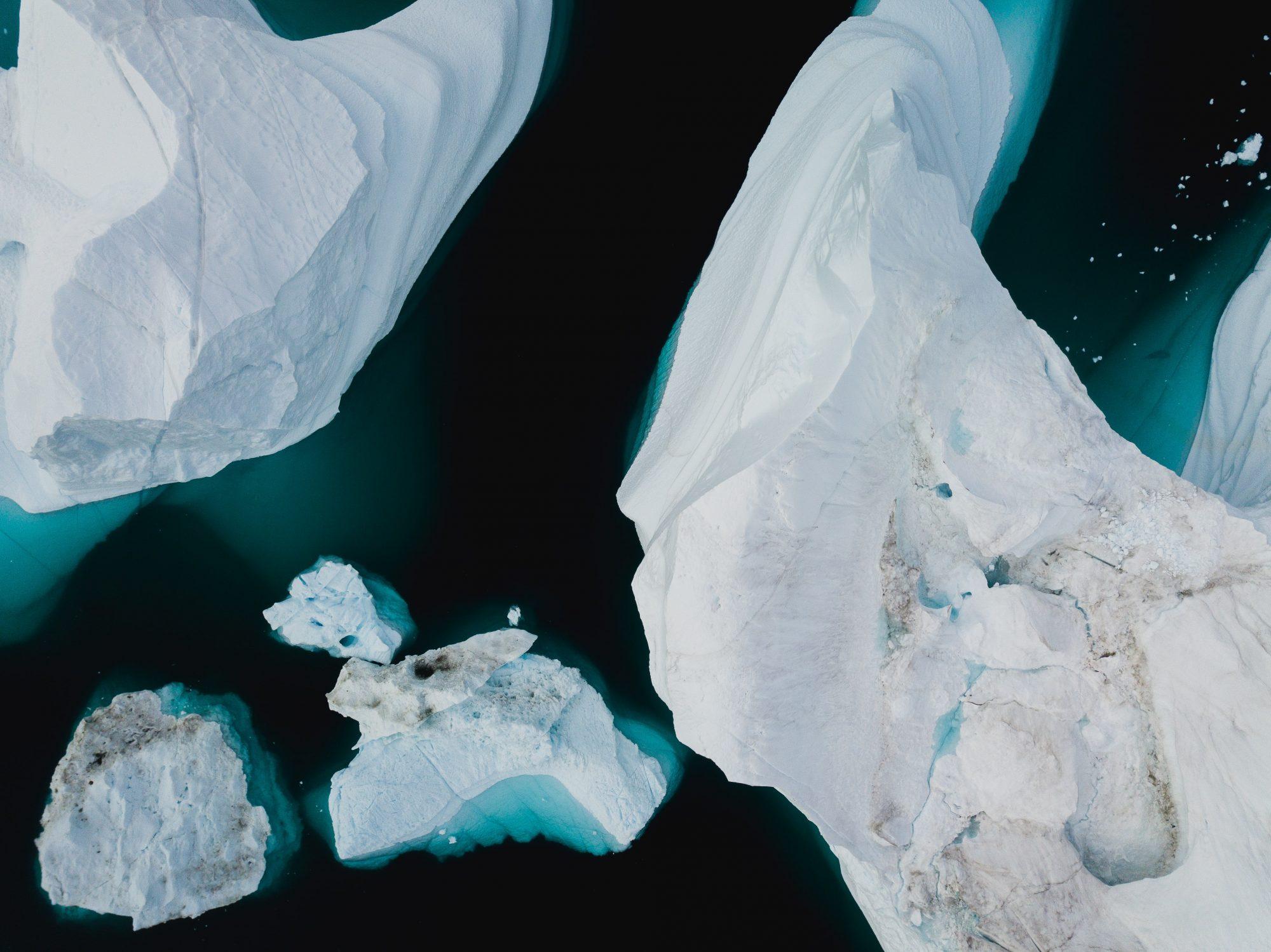 A bird's-eye view of icebergs in the oceaan